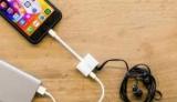 Apple продает адаптер с выходами для наушников и зарядки $35